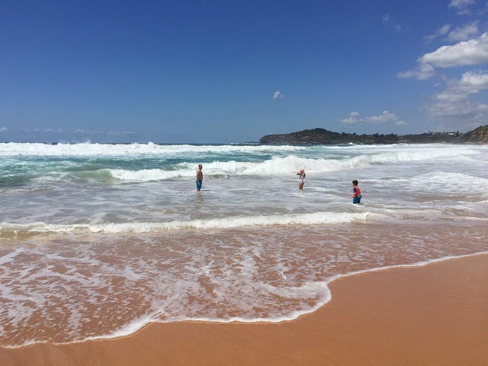 Na pláži u domu - běhání ve vlnách :-)