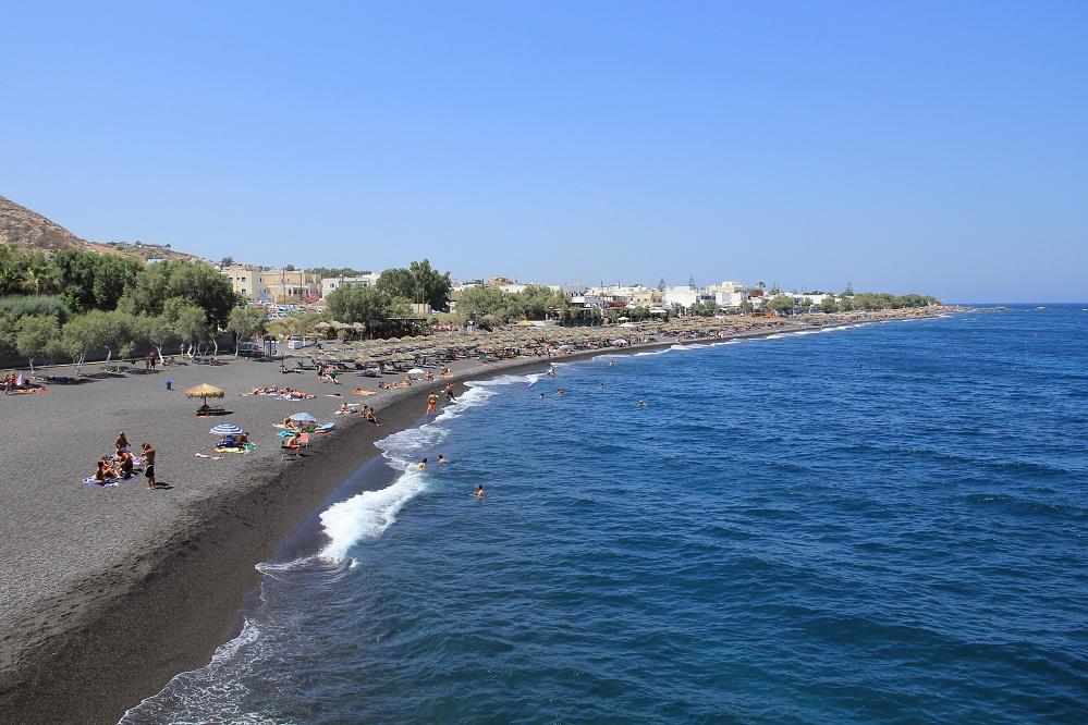 Kamari beach s černým pískem