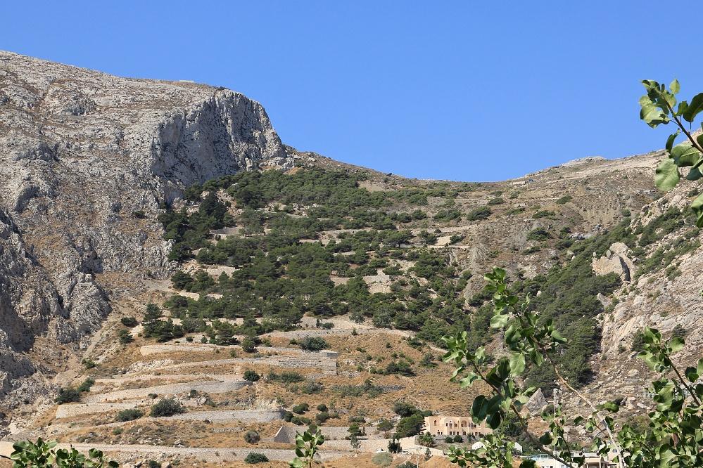Cesta na Mesa Vouno, masiv nad Kamari