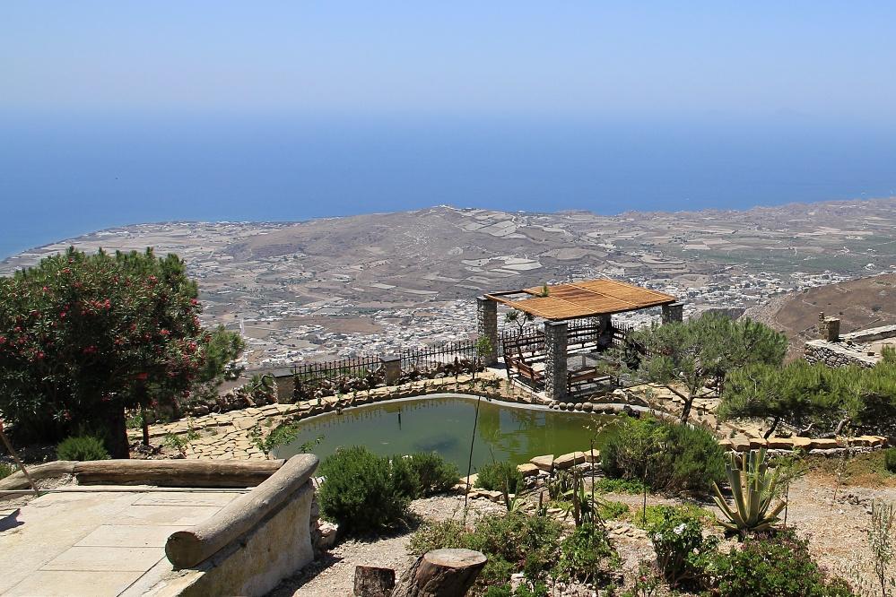 Na nejvyšší hoře Santorini (565m), zahrada ženského kláštera, jeden z cílů mého cyklovýletu