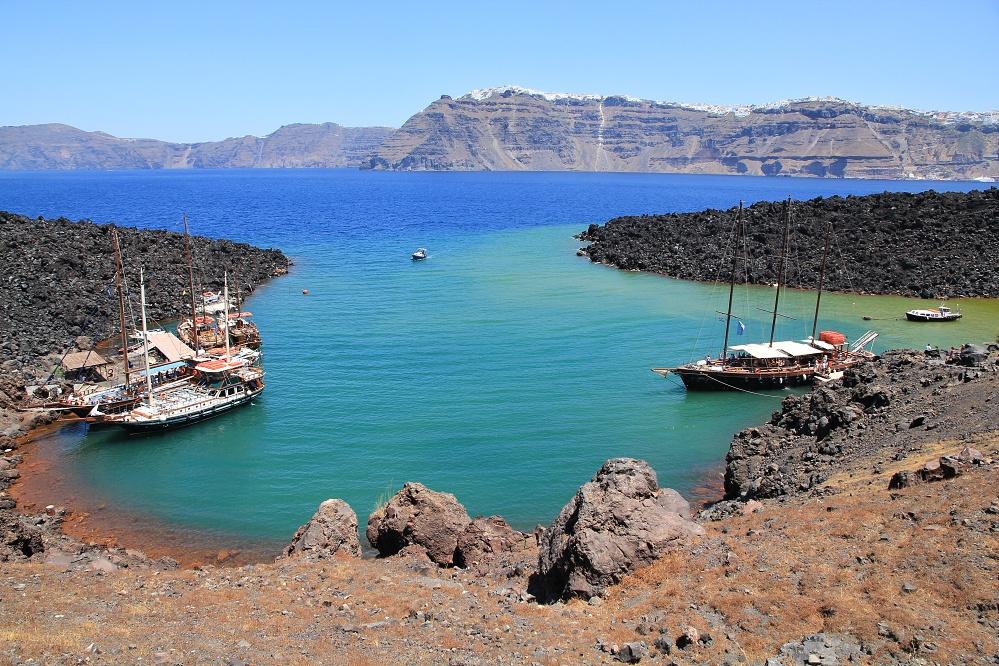 Přístaviště v Nea Kameni, mix všech barev, v pozadí Santorini
