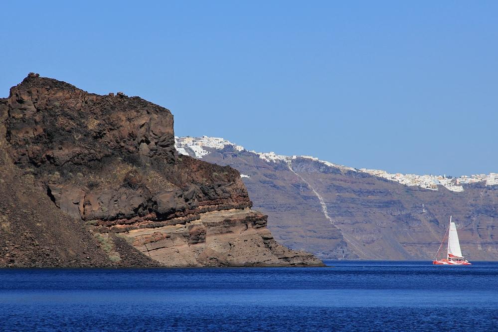Pohled z Thirassie, ostrova naproti Santorini, v pozadí Oia