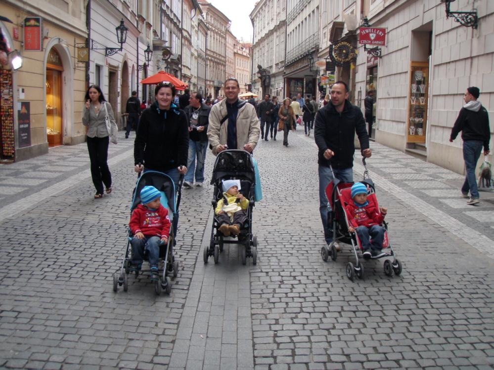 Bratranci na vyjížďce po Praze