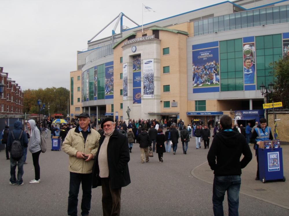 Před stadionem